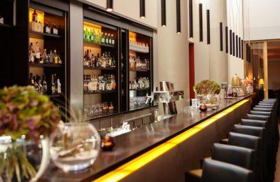 Blick auf Getränkevielfalt an der Bar