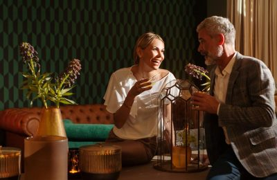 Paar genießt Drinks an der Negroni Bar