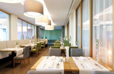 Fein gedeckte Tische im Restaurant