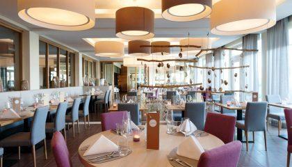Farbenfrohe und stilvolle Möbel im Restaurant