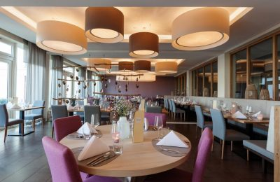 Gedeckte Tische und bunte Möbel im Restaurant