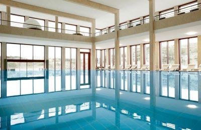 Seitlicher Blick auf das Schwimmbad