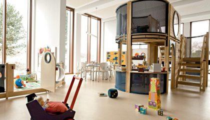 Zimmer mit zahlreichen Spielsachen für Kinder