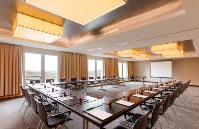 U-förmiger Tische mit Stühlen für Tagungen