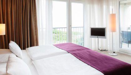 Bett mit Ausblick in der Suite Deluxe