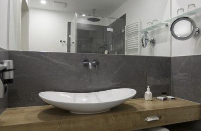 Bad im Doppelzimmer Stammhaus Premium Talseite Bad