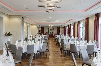 Große Taffel mit mehreren gedeckten Tischen für z.B. eine Hochzeit
