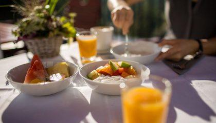 Gedeckter Frühstückstisch mit Orangensaft