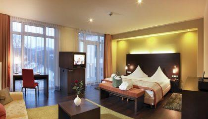 Bett und Wohnraum in der Juniorsuite Bollerberg