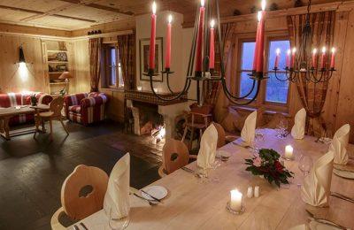 Restaurant mit Kamin und Kerzenlicht