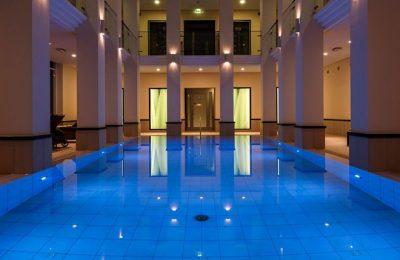 Blau beleuchteter Pool