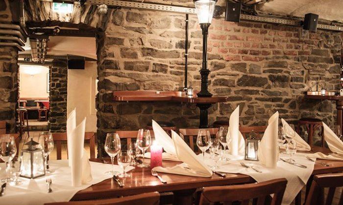 Fein gedeckter Tisch im Kerzenschein