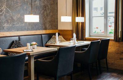 Schwarzer Stühle und stilvolle Einrichtung im Restaurant Antons