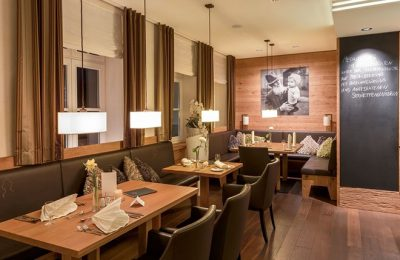 Tische und Stühle im Restaurant Antons 2