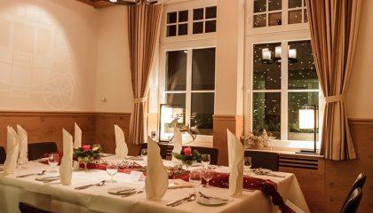 Gedeckte Tische am Abend in gemütlicher Beleuchtung