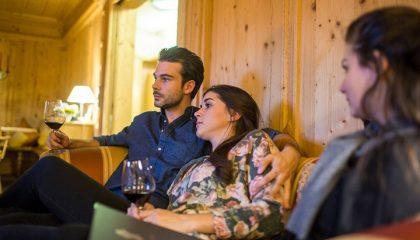 Paar genießt gemeinsame Auszeit mit einem Glas Rotwein