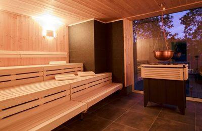 Hell beleuchtete Sauna am Abend