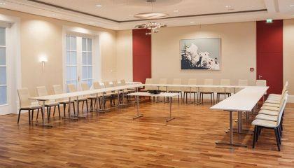 Großer u-förmiger Tisch im Tagungsraum
