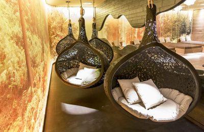 Runde braune Liegekörbe in einer Ruhezone