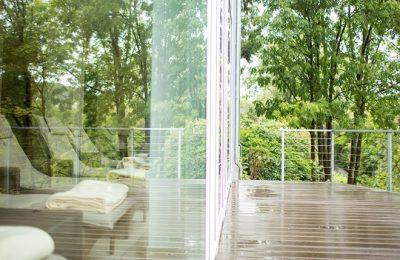Liegen vor Glassfassade und Terrasse