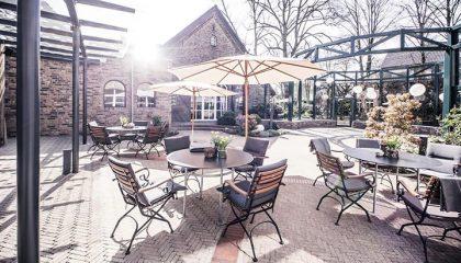 Tische unter Sonnenschirmen im Café