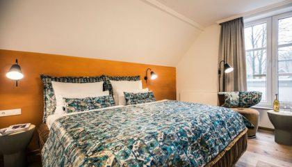 Bett im Zimmer Hotel 2000