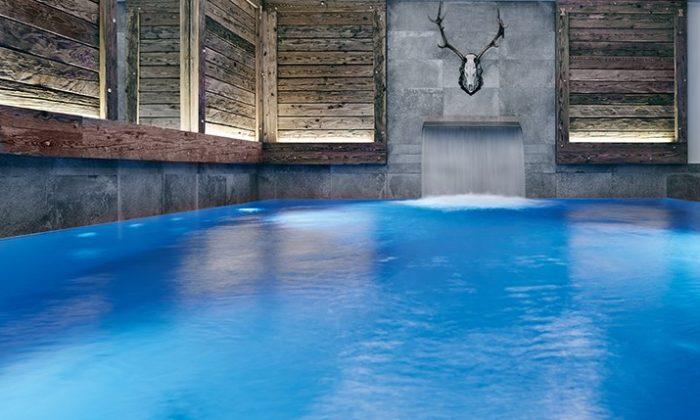 Blauer Indoor Pool mit dekorativem Hirschgeweih