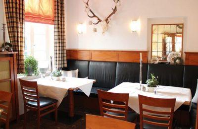 Restaurant und Sitzgelegenheiten im Jägerzimmer