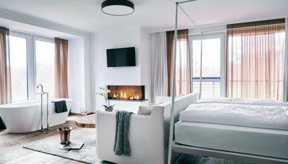 Bett und Wohnraum in der Kristallsuite