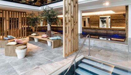 Gemütlich eingerichteter Ruheraum neben Indoor Pool