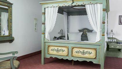 Bett im Schlafzimmer landidyll Klassik