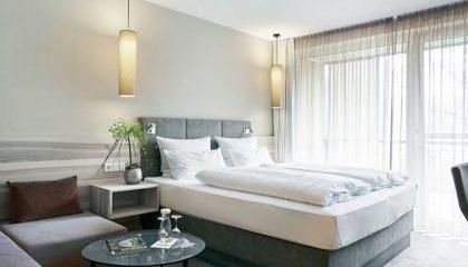 Bett und Wohnzimmer im Schlafzimmer Landstil