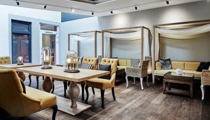 Tische und Stühle für Snacks im Spa Bistro