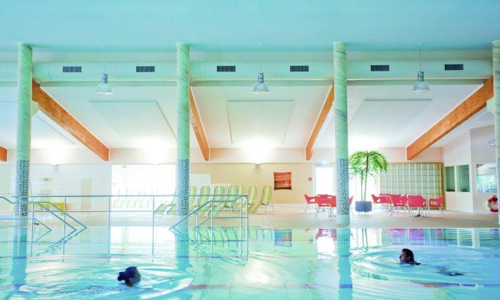 Hellblau leuchtendes Schwimmbad