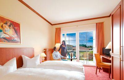 Bett und Ausblick im Doppelzimmer