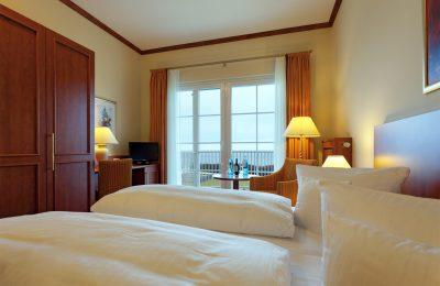 Bett und Wohnraum im Doppelzimmer 3