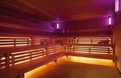 Orange lila beleuchtete Sauna