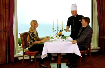 Paar wird Gericht serviert