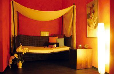 Gemütliche Ruhezone mit Bett und Kissen