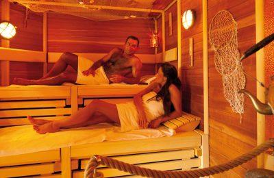 Paar entspannt in der Sauna