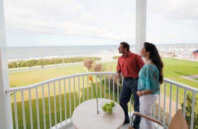 Paar genießt Ausblick auf Balkon