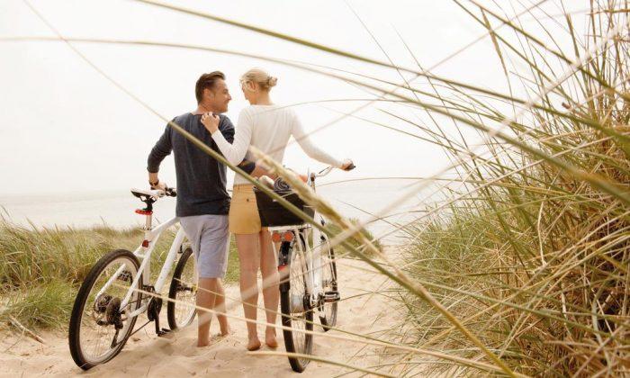 Paar mit Fahrrädern in den Dünen von Sylt