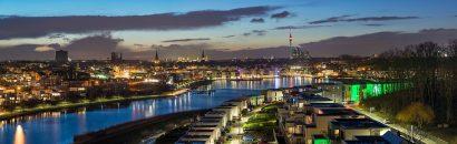 Beleuchtete Stadt Dortmund im Ruhrgebiet am Abend