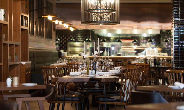 Fein gedecktes Restaurant mit rustikalen Holzmöbeln im Titanic Chaussee Berlin