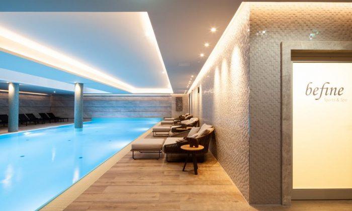 Pool und Eingang zum Wellnessbereich