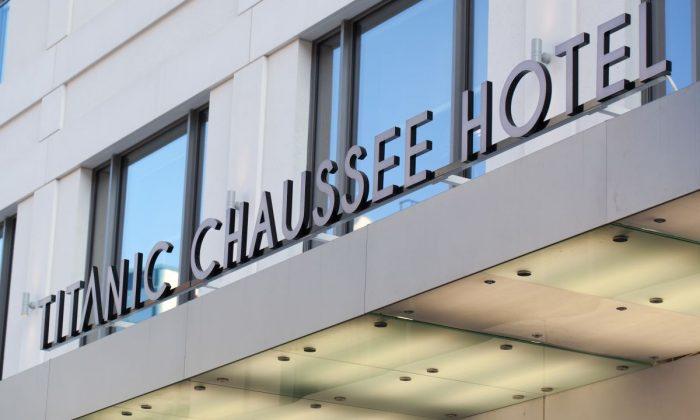 Schriftzug mit Hotelname am Gebäude vom Titanic Chaussee Berlin