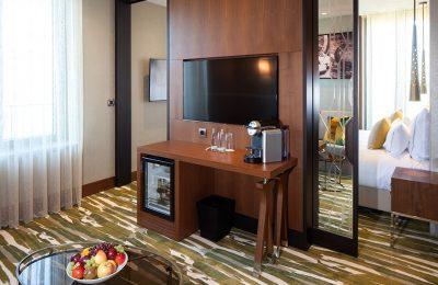 Wohnraum mit Fernseher in der Titan Suite