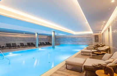Indoor Pool von der Seite im Titanic Chaussee Berlin