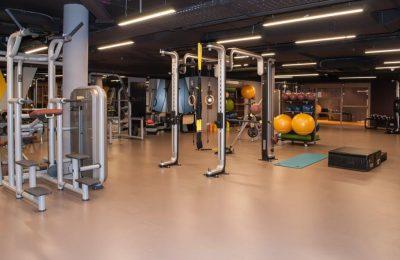 Moderne Sportgeräte im Fitnessraum