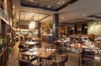 Zahlreiche Tische und Stühle im Pascarella Restaurant
